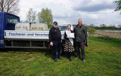 Die Fischerkönigin kauft Aalaktien für den Erhalt des Europäischen Aal`s